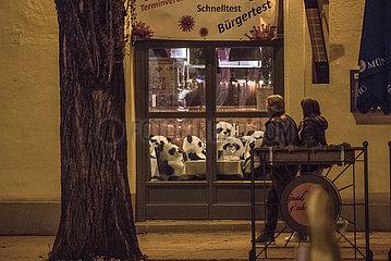 kuenstlerische Protestaktion Pandamie  im Bachmaier Hofbraeu  Muenchen  Schwabing  nachts  4. Mai 2021