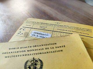 Impfpass mit Eintrag einer Biontech-Impfung gegen Corona