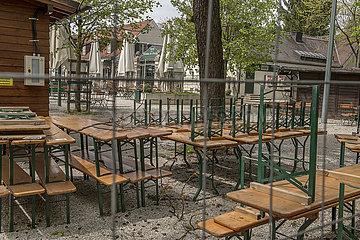 """geschlossener Biergarten """"Koeniglicher Hirschgarten""""  Lockdown  Muenchen  4. Mai 2021"""