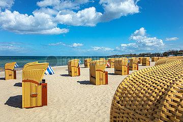 Ostseestrand mit Strandkörben in der Lübecker Bucht