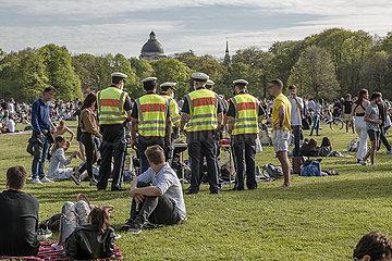Polizeistreife im Englischen Garten  Lockdown  Muenchen  8. Mai 2021