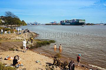 Containerschiff Ever Gentle auf der Elbe