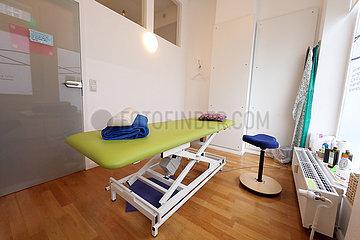Berlin  Deutschland  Behandlungsraum in einer Physiotherapiepraxis