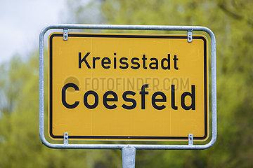 Ortsschild in Zeiten der Corona Pandemie  Lockerungen in Coesfeld  Nordrhein-Westfalen  Deutschland