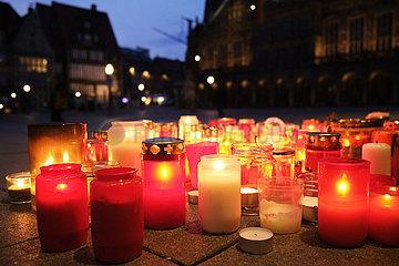 Deutschland  Bremen - Bundesweites Gedenken an die Corona-Toten  Kerzen vor der Bremer Buergerschaft  im Hintergrund Markplatz und Rathaus