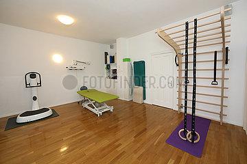 Berlin  Deutschland  Trainingsraum in einer Physiotherapiepraxis