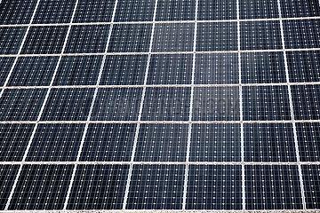 Deutschland  Bremen - Fotovoltaik auf einem Haeuserdach