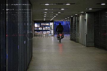 Deutschland  Bremen - Wenig Betrieb wegen Corona in einem Tunnel in der City