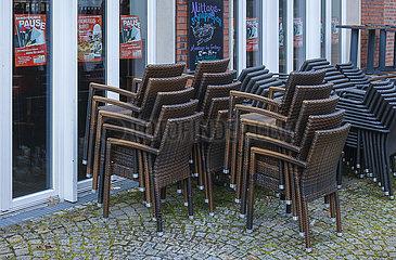 Gestapelte Stuehle vor einem geschlossenen Caf?  Coesfeld  Nordrhein-Westfalen  Deutschland