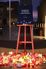 Deutschland  Bremen - Bundesweites Gedenken an die Corona-Toten  Kerzen vor der Bremer Buergerschaft