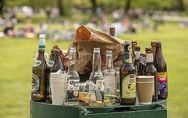 Bierflasche Corona Extra  voller Abfallbehaelter im Englischen Garten  Lockdown  Muenchen  8. Mai 2021
