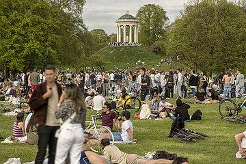 Andrang im Englischen Garten  Wochenende  Lockdown  Muenchen  8. Mai 2021