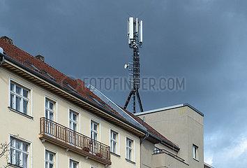 Berlin  Deutschland  Mitte - Mobilfunk-Antennen auf dem Dach eines Wohnhauses