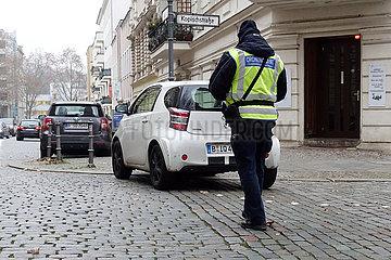 Berlin  Deutschland  Mitarbeiter des Ordnungsamtes schreibt einen Falschparker auf