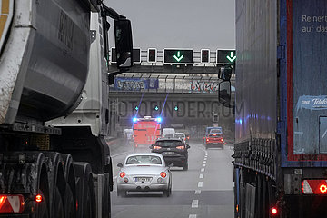 Berlin  Deutschland  Rettungswagen der Berliner Feuerwehr auf der A100 im Einsatz