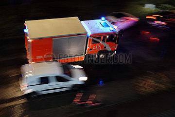 Berlin  Deutschland  Geraetewagen Sanitaet der Berliner Feuerwehr auf Einsatzfahrt