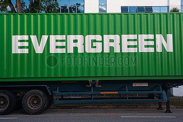 Singapur  Republik Singapur  Evergreen Seefracht-Container auf einem geparkten LKW im Industriegebiet