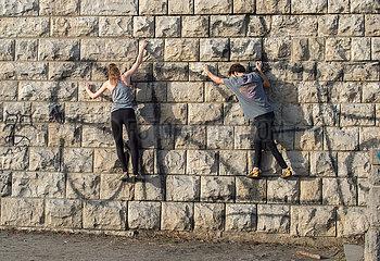 Berlin  Deutschland - Freizeit-Kletterer an einer Mauer im Schillerpark in Berlin-Mitte