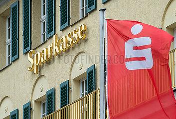 Dresden  Deutschland - Schriftzug und Firmenlogo der Sparkasse an einer Fassade