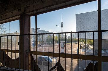 Berlin  Deutschland - Ausblick aus der Mokka-Milch-Eisbar in der Karl-Marx-Allee auf die City-Ost