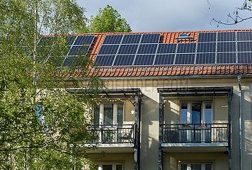 Dresden  Deutschland - Solaranlage auf dem Dach eines Wohnhauses