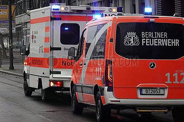 Berlin  Deutschland  Notarzt der Berliner Feuerwehr und Rettungswagen des Deutschen Roten Kreuz im Einsatz