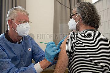 Deutschland  Bremen - Vom DRK betriebenes  temporaeres Impfzentrum unter Aussetzung der Impfpriorisierung in Stadtteil mit hohem Immigrantenanteil