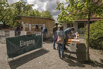 """frisch geoeffneter Biergarten """"Michaeligarten"""" im Ostpark  Registrierung der Besucher  Muenchen  15. Mai 2021"""