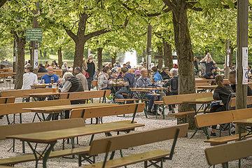 """frisch geoeffneter Biergarten """"Michaeligarten"""" im Ostpark  Muenchen  15. Mai 2021"""