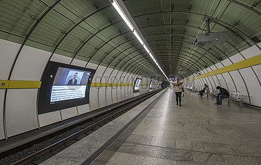 fast leerer Muenchener U-Bahnhof Odeonsplatz  kurz vor der Ausgangssperre  Einschraenkungen Corona  20.03.2020