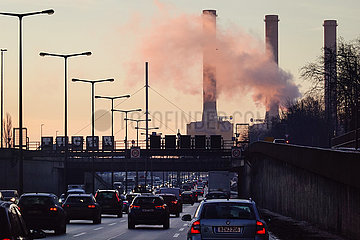 Berlin  Deutschland  Autos auf der A100 vor den rauchenden Schloten des Heizkraftwerk Wilmersdorf