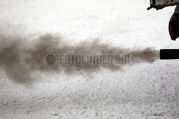 Mestia  Georgien  schwarze Abgase kommen aus dem Auspuff eines LKW