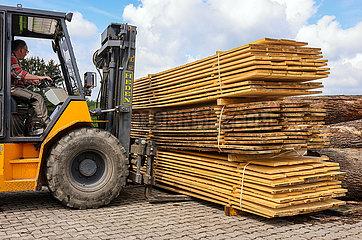 Bauholz im Saegewerk  Solingen  Nordrhein-Westfalen  Deutschland  Europa