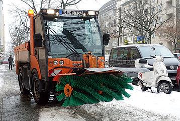 Berlin  Deutschland  privater Winterdienst raeumt einen Fussweg