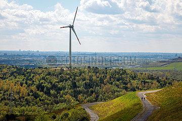 Windrad und Spaziergaenger an der Halde Hoheward in Herten  Ruhrgebiet  Nordrhein-Westfalen  Deutschland  Europa
