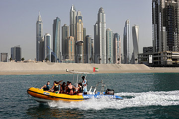Dubai  Vereinigte Arabische Emirate  Menschen in einem Schlauchboot vor der Skyline