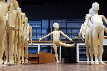 Dubai  Vereinige Arabische Emirate  unbekleidete kindliche Schaufensterpuppen. Eine tanzt aus der Reihe