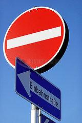 Frankfurt am Main  Deutschland  Verkehrsschilder: Einbahnstrasse und Durchfahrt verboten