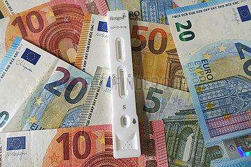 Berlin  Deutschland  Coronaselbsttest liegt auf Euroscheinen