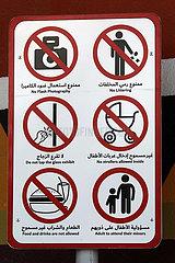Dubai  Vereinigte Arabische Emirate  Hinweisschild mit diversen Verboten in einem Tierpark