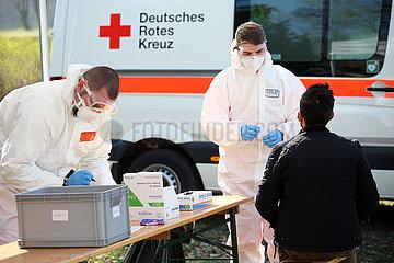 Hoppegarten  Deutschland  Mann bei einem Coronatest beim Deutschen Roten Kreuz