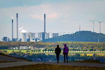 Energiewende  Industrielandschaft im Ruhrgebiet  Uniper Kraftwerk Scholven und Windraeder in Gelsenkirchen  Ruhrgebiet  Nordrhein-Westfalen  Deutschland  Europa