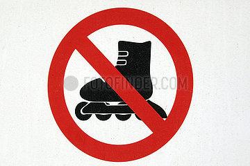 Dubai  Vereinigte Arabische Emirate  Hinweisschild: Rollerbladen verboten