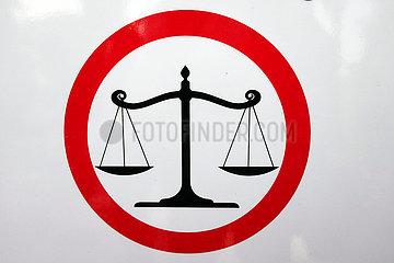 Dubai  Vereinigte Arabische Emirate  Hinweisschild: Verstoesse werden gesetzlich geahndet