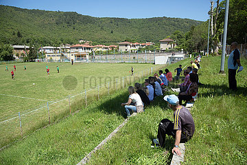 Kroatien  Rasa - Zuschauer bei einem Fussballspiel zweier Jugendmannschaften