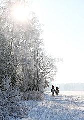 Altlandsberg  junges Paar bei einem Ausritt in der winterlichen Landschaft