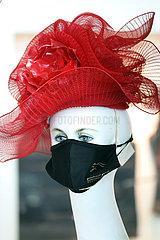 Dubai  Vereinige Arabische Emirate  weibliche Schaufensterpuppe traegt Hut und Mund-Nasen-Bedeckung