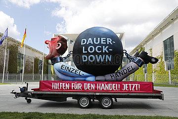 Demonstration der Innenstadt-Initiative unddes HDE vor dem Bundeskanzleramt: So leidet der Einzelhandel waehrend des Lockdowns  Bundeskanzleramt