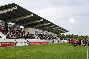 jubelnde Fans des SV Lippstadt und die Mannschaft  Spieler