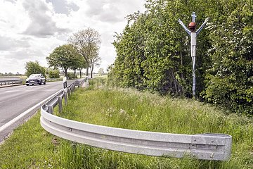 modernes Wegekreuz aus Motorradschrott